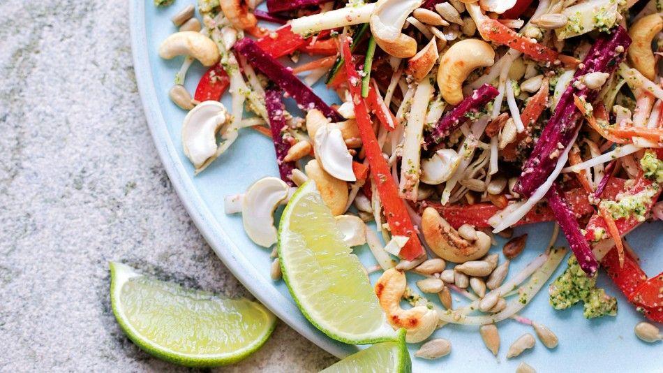 Zomerse detox salade om buiten op te eten