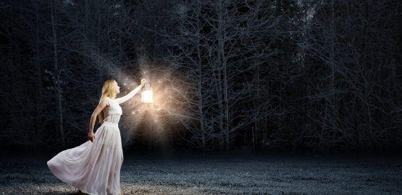 Marianne Williamson: 'Het is het licht, niet het duister in jezelf waar je zo bang voor bent'