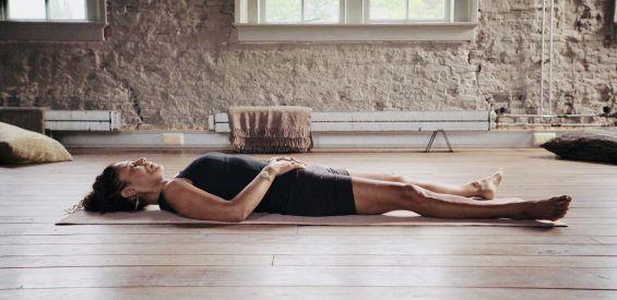 Free Yoga Nidra video: zo pak je 4 uur slaap in 30 minuten