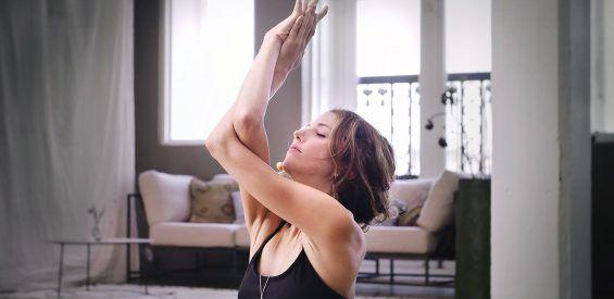 Free gift: yoga video met Erica Jago voor meer zelfliefde in 45 minuten