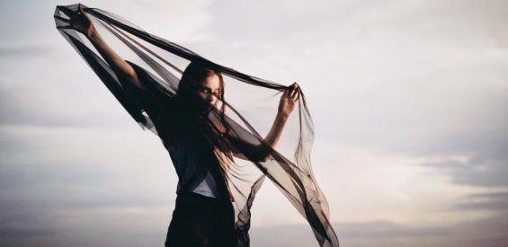 Energietherapeut deelt fenomenale remedie om het leven te verlichten en de sluier af te doen