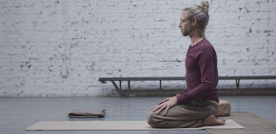 Free yogavideo: 30 minuten healing yoga met Rolandjan van Mulligen