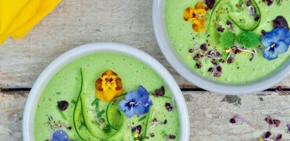 Recept uit The Green Food Bible: vegan komkommer gazpacho met avocado