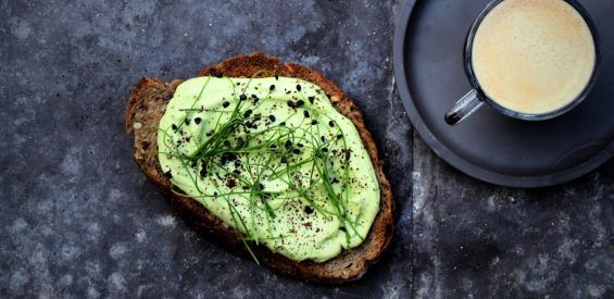 Recept: deze avocado-fetaspread geeft krokante toast superpowers!