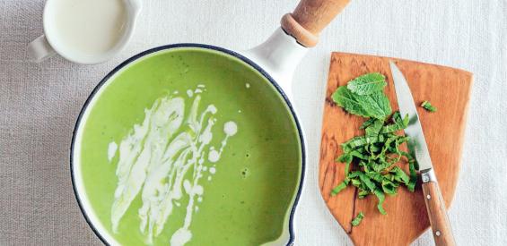 Recept: vegan creamy doperwten soep met kokosmelk en munt