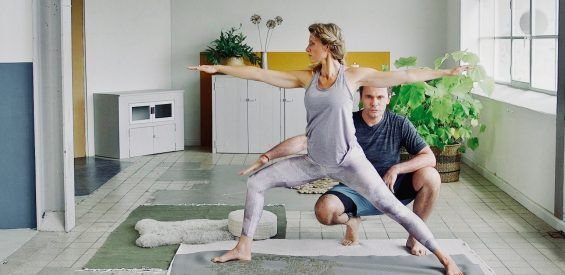Free yoga video: 45 minuten anti-stress flow met Johan Noorloos