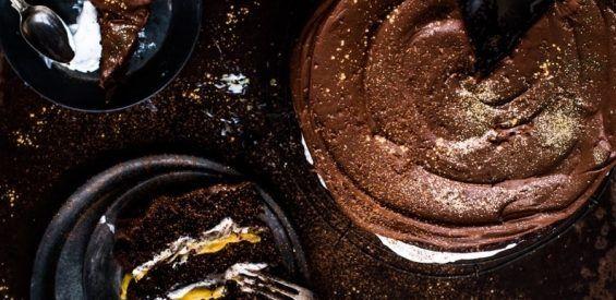 Vegan Kersttaart: eerlijke chocoladetaart met een gouden romige kurkuma crème