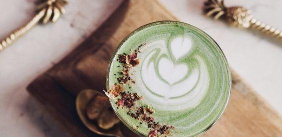 Healthy-aging recept: matcha latte met biologische haverdrink