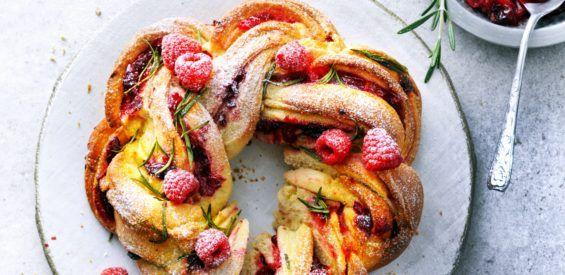 Vegan feestrecept: gedraaide Paasvlecht met verse frambozen en cranberries