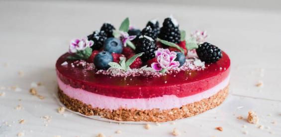Moederdag recept: gezonde glutenvrije kwarktaart met vers fruit en bloemetjes