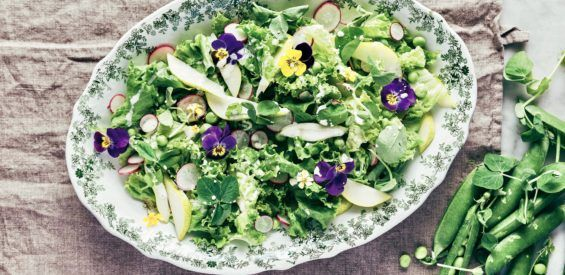 Zomerrecept: oma's groene salade met eetbare bloemen