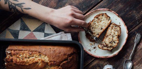 Bananenbrood met pecannoten & kokos: hét succesrecept van bakkende kapper Ferry Loeve