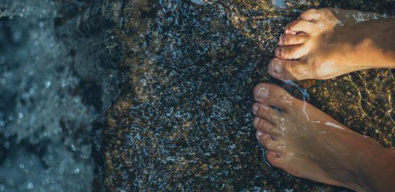 Je voeten & de herfst: 5 holistische tips om ze goed te verzorgen