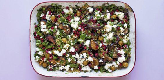 Recept van de bakplaat: geroosterde aubergines met kaneel, feta & bulgur