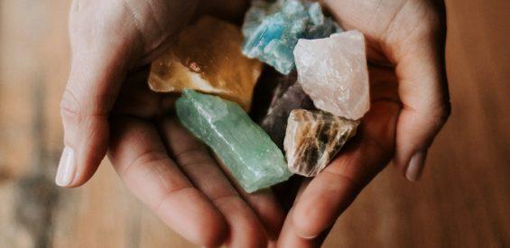 Je geest kalmeren in roerige tijden? Mediteer met déze groene steen