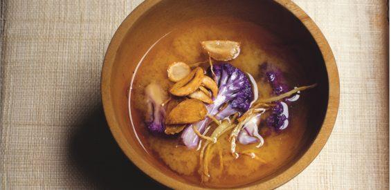 Recept: boost je weerstand met deze misosoep met gember en bloemkool