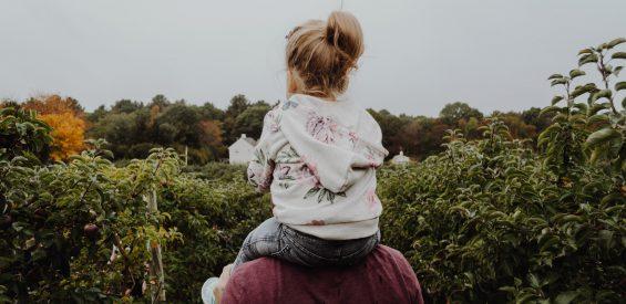 Tijd doorbrengen in de natuur: zo versterkt het de band tussen vader en kind