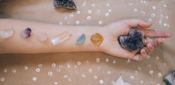 Met dít handige spiekbriefje vind jij jouw weg in de wereld van kristallen