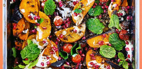 Vegan recept van de bakplaat: pompoen & linzen met granaatappel & dukkah