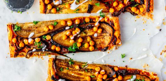 Recept: crispy vegan plaattaart met kikkererwten en aubergine