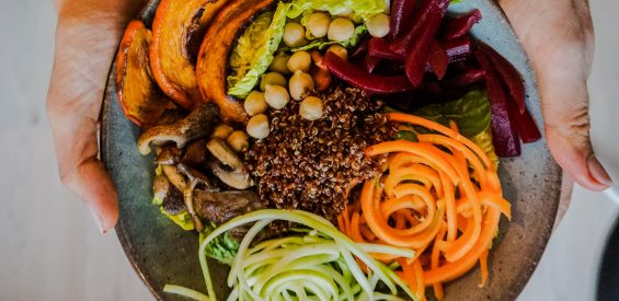 Voedzaam 'lockdown' lunch recept: buddha bowl met pompoen, quinoa en rode bieten