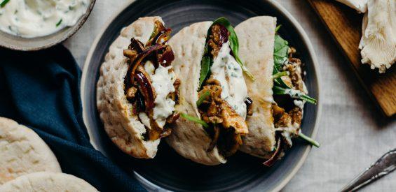 Vegan recept: pita's met oesterzwammenshoarma en homemade knoflooksaus