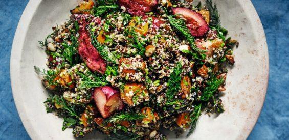 Vegan recept: rokerige quinoasalade met pompoen en pruimen