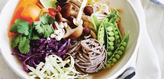 Vegetarisch recept: kleurrijke buddha bowl met sobanoedels uit 'De Yogakeuken'